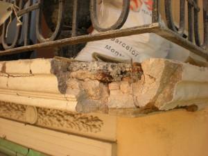 Detalle del desprendimiento del canto del balcón