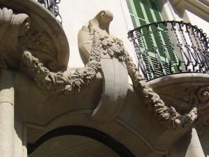 Detalle de la ornamentación de la puerta de entrada