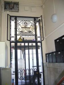 Detalle del estado rehabilitado de la puerta de entrada al edificio