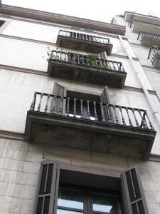 Vista detallada de los balcones en su estado inicial