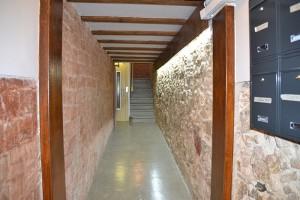 Vista del vestíbulo y escalera rehabilitados
