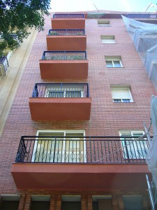 Vista de los balcones rehabilitados de la fachada principal