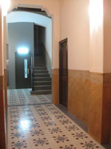 Vista del vestíbulo y escalera restaurados
