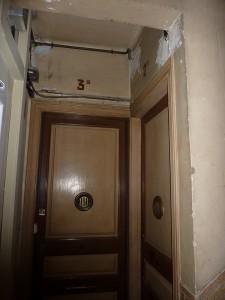 Detalle del estado inicial de la puerta de entrada a vivienda