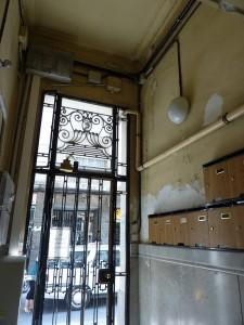 Detalle del estado inicial de la puerta de entrada al edificio