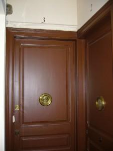 Detalle del estado rehabilitado de la puerta de entrada a vivienda