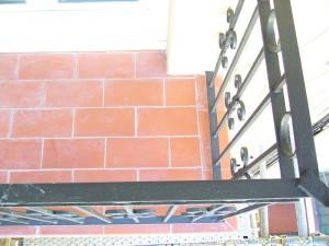 Detalle del estado rehabilitado del pavimento de balcones y acabado de las barandillas
